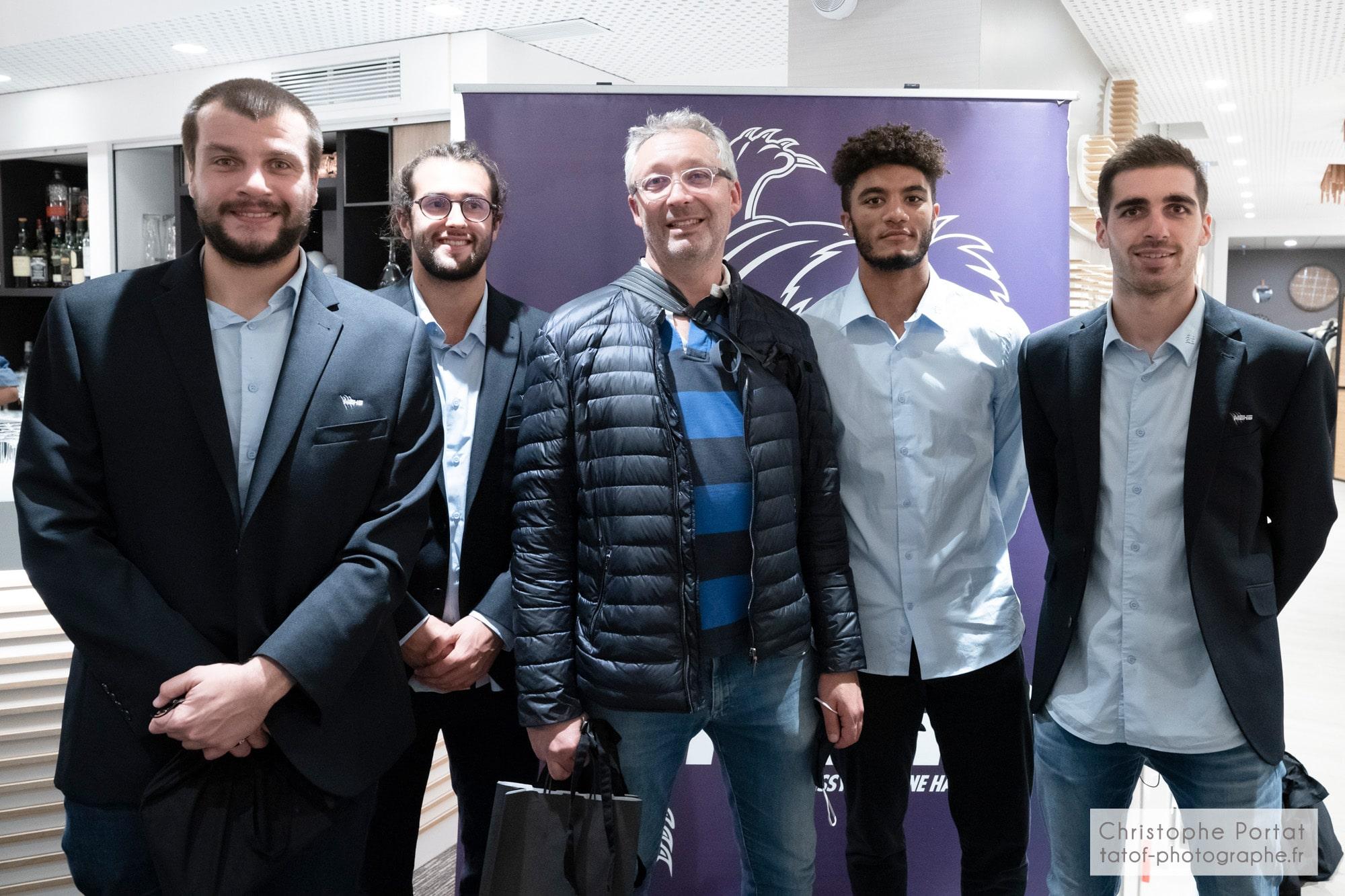 Les joueurs du MEHB posent avec les partenaires du club